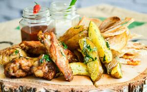 Крылышки барбекю с картофелем по-деревенски