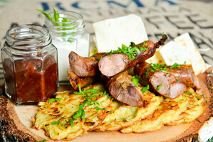 Пивная тарелка с колбасками-гриль собственного производства и драниками