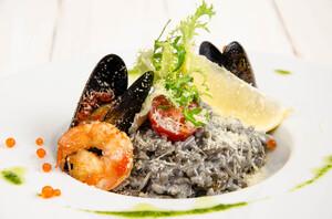 Ризотто с чернилами каракатицы и морепродуктами