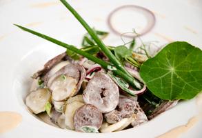 Салат из сердца индейки и корнишонов
