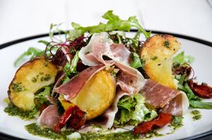 Салат с хамоном, вялеными томатами и картофелем-гриль