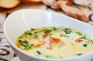 Сливочный суп с курицей и шпинатом