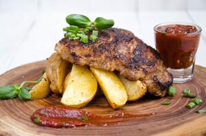 Стейк из свинины с деревенским картофелем и соусом барбекю