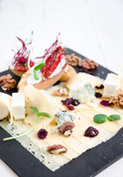 Сырное плато - дор-блю, пармезан, сыр твердый, брускетты с вялеными томатами