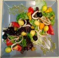 Салат с маринованными перепелиными яйцами и кальмарами