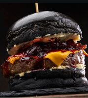 Бургер Jack Daniels с ростбифом и малиновым луком