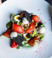 Салат с гравлаксом из форели и авокадо