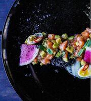 Тартар из норвежского лосося с авокадо и базиликом
