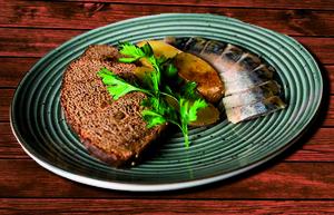 Филе скумбрии холодного копчения с картофелем и ржаными гренками