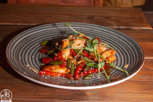 Курица Стир-фрай с овощами и соусом унаги