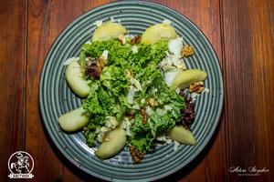 Салат с карамелизированым яблоком и сыром Дор блю