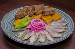 Сельдь с маринованым луком, картофолем и ржаными гренками
