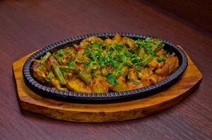Сковородка с говядиной и спаржей под соусом медовая горчица