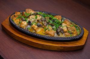 Сковородка с курицей и грибами под сырно-сливочным соусом