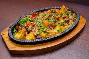 Сковородка со свининой, сочными томатыми под сырным соусом и аджикой