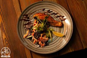 Стейк из лосося с овощным мини салатом