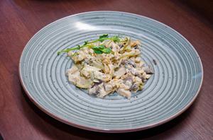 Тёплый салат с копченой грудкой и омлетом
