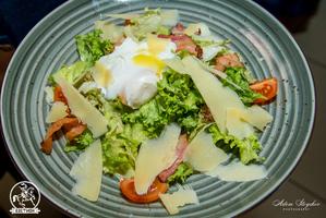 Воздушный салат с беконом и яйцом пашот