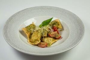 Равіолі з моцарелою і шпинатом