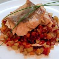 Рыба, запеченная под овощной полушкой