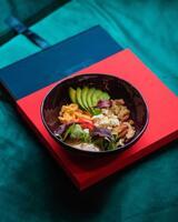 Боул суперфудів з авокадо, кіноа, яйцем-скрембл, фетою, томатами та фантастичною заправкою (веганское)