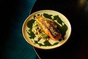 Стейк з лосося в паназійському стилі з кабачковою локшиною