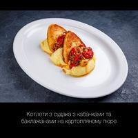 Котлети з судака з кабачками та баклажанами на картопляному пюре