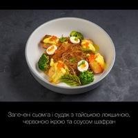 Запечені сьомга і судак з тайською локшиною, червоною ікрою та соусом шафран