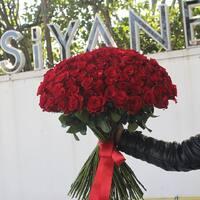 Яркая Леди (119 роз)