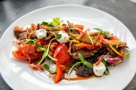 Тёплый салат с мини-стейками из телятины