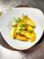 Картофель по-деревенски c кетчупом