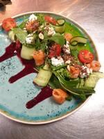 Салат со слабосолёным лососем, зерном киноа, овощами и муссом из феты