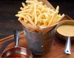 Королівська картопля фрі з чилі і сирним соусом