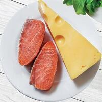Блины с ломтиками норвежской семги и сыром