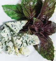 Блины с сыром дор блю и рубленым базиликом