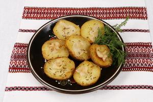 Картопля запечена з салом та кмином