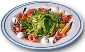 Зелений салат зі слабосоленою сьомгою та перепелиним яйцем