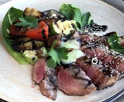 Стейк з тунця з овочами
