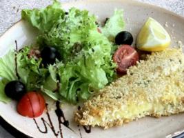 Філе дорадо в сирній скоринці з зеленим салатом