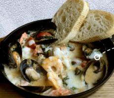 Соте з риби та морепродуктів у вершковому соусі