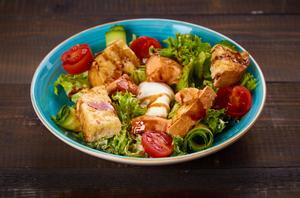 Зеленый салат с лососем с/с, перепелиным яйцом, красной икрой и медово-горчичной заправкой