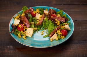 Зеленый салат  с телятиной в устричном соусе и брынзой на гриле