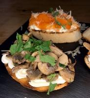 Брускети з грибами