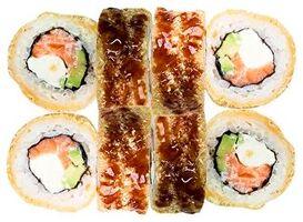 Горячий ролл с лососем и соусом Унаги