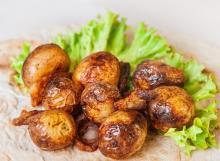 Картофель печеный на мангале с салом