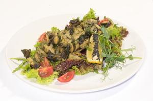 Теплый салат с рапанами(обжаренное мясо рапана в маринаде ,помидор черри,микс салата ,горчично-оливковая заправка