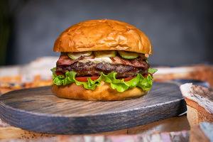 Печінковий бургер з беконом і сиром