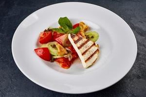 Грецький салат з домашнім сиром на грилі