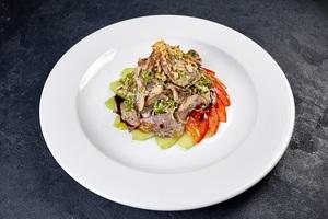 Салат з язика з печеними печерицями на свіжих овочах