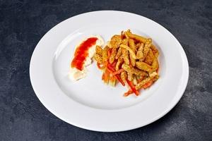Теплий салат з панірованих креветок з судаком